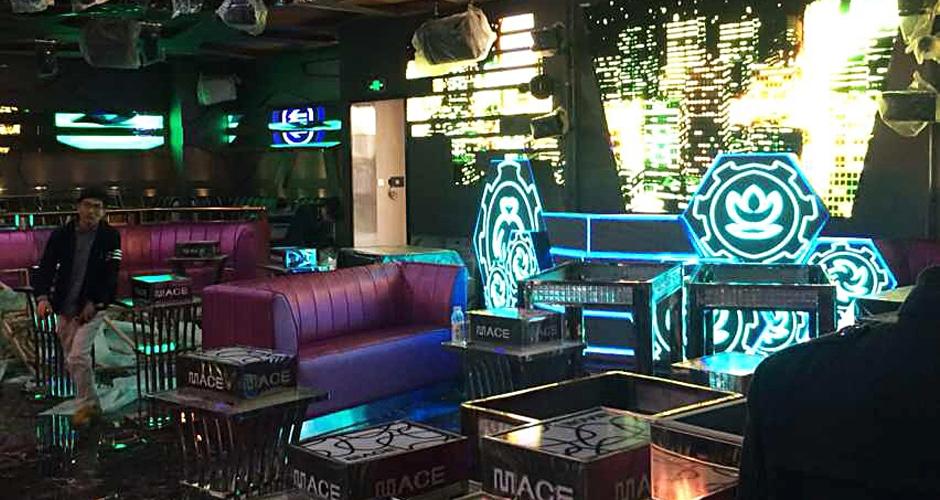 Таможенный диджейский стенд в баре