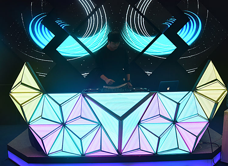 Customizable Shape video dj booth