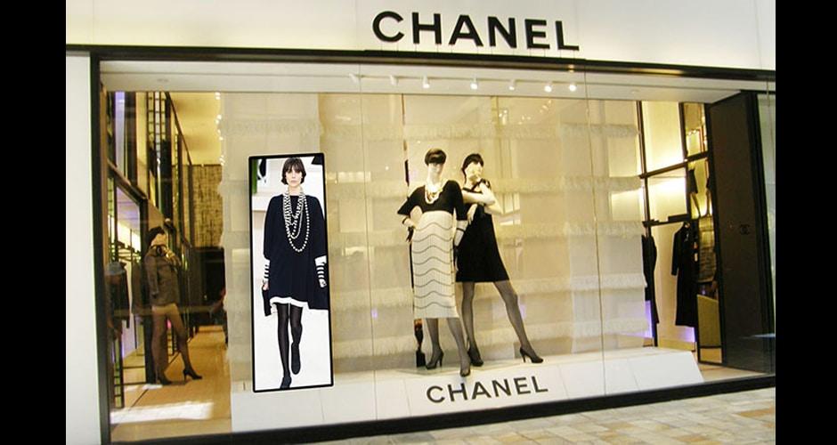 led plakat poprawiający układ okna sklepu