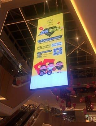 hängande led display i köpcentrum