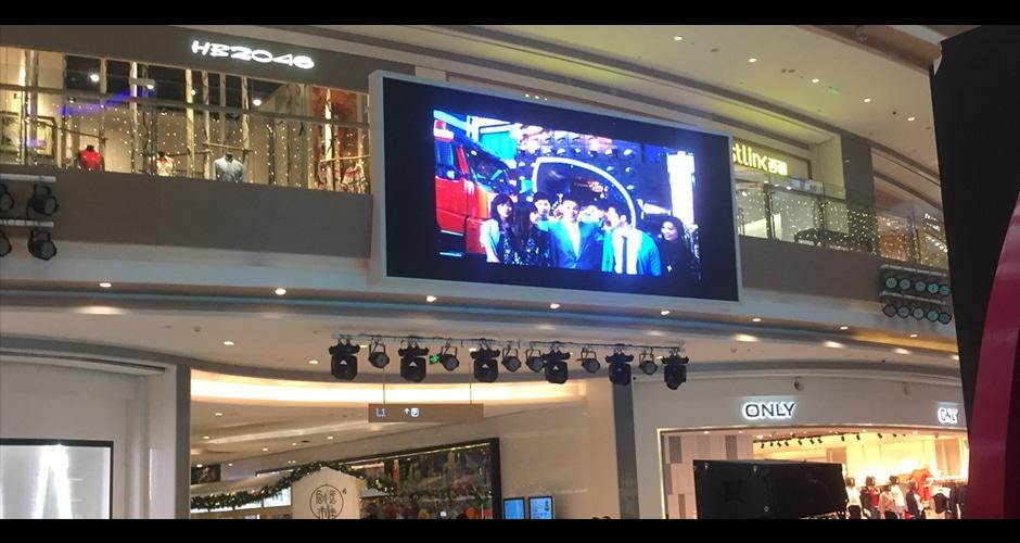 alışveriş merkezinde HD video ekranı