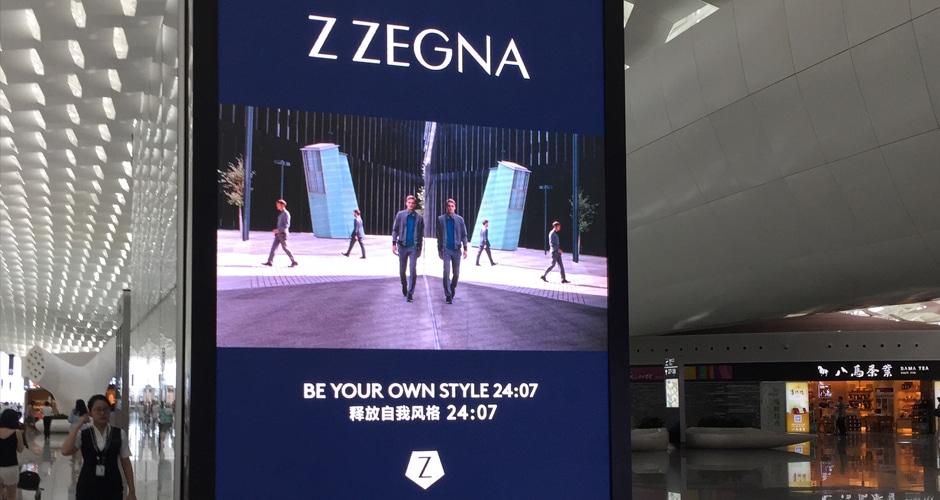 immersives visuelles Erlebnis der digitalen Flughafenwerbung