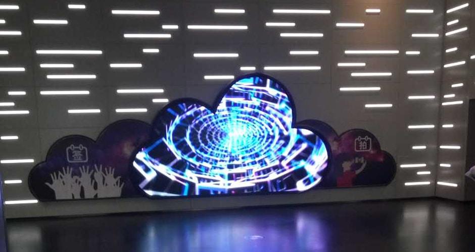 L'affichage à led de l'aéroport crée un effet visuel cool