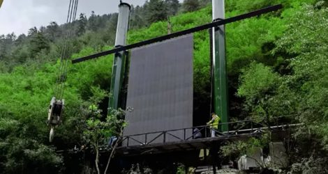 Foldable-led-display-in-tourist-attraction